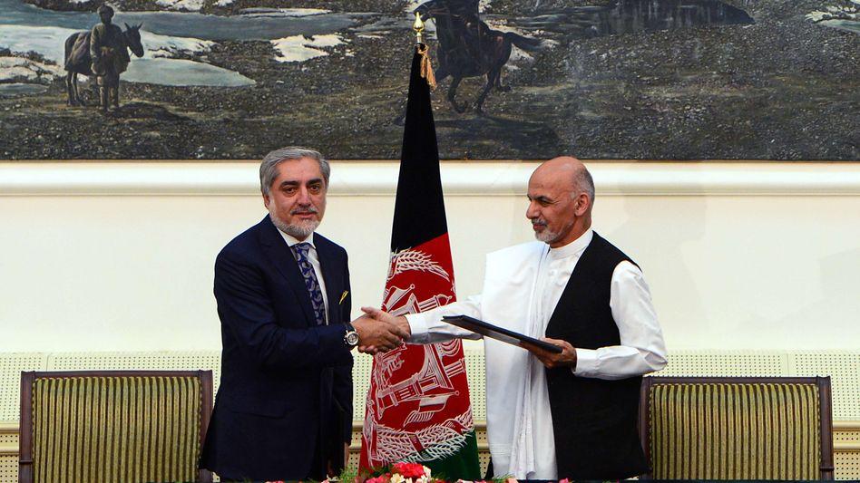 Kandidaten Abdullah, Ghani (r.): Handschlag für die Kameras