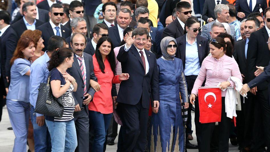 Befreite Geiseln mit Premier Davutoglu: Gefangenenaustausch mit dem IS?