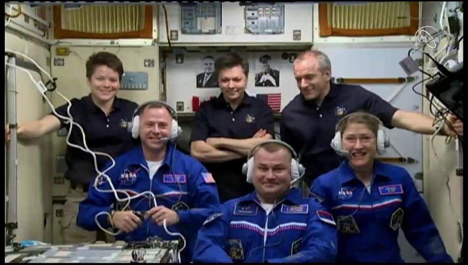 Nick Hague (vorne l.), Christina Hammock Koch (vorne r.), Alexei Owtschinin (vorne M.) aus Russland nach ihrer Ankunft auf der ISS.