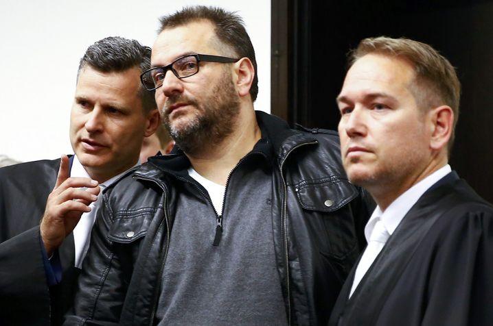 Wilfried W. mit seinen Verteidigern