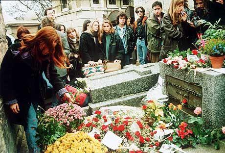 Gedrängel am Grab: Die letzte Ruhestätte von Doors-Sänger Jim Morrison zieht auf dem Friedhof Père Lachaise die meisten Besucher an.