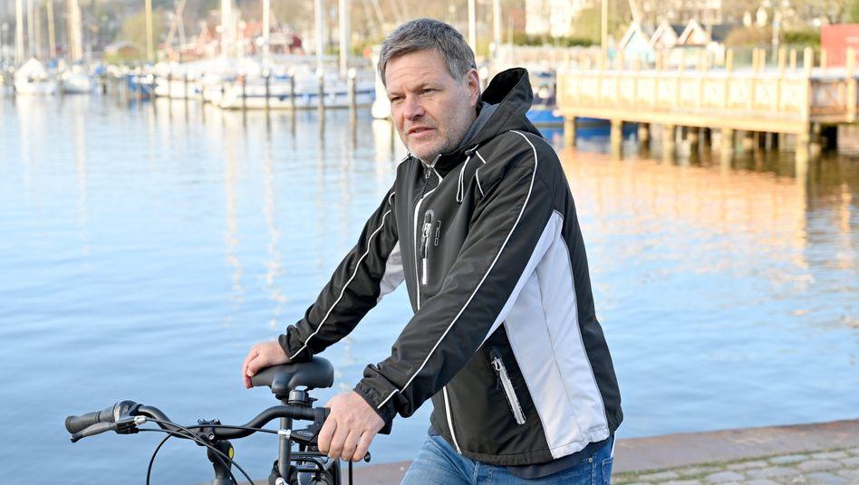 Robert Habeck schneidet seine Haare jetzt selbst und wäre lieber auf der Regierungsbank in Berlin als am Hafen in Flensburg