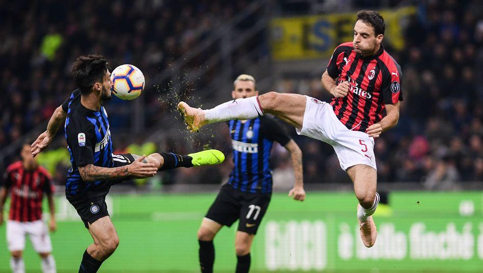 Spieler von Milan (rote Trikots) und Inter (blau): Es war einmal ein Spitzenspiel