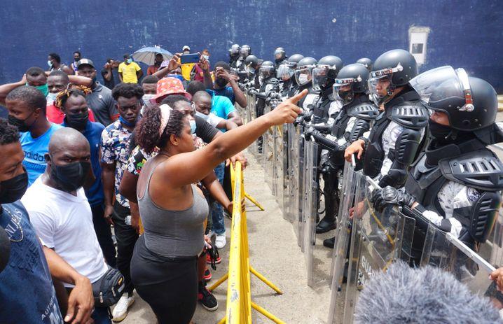 Eine Gruppe von Schutzsuchenden, die meisten aus Haiti, demonstrieren vor der mexikanischen Einwanderungsbehörde in Tapachula, Mexiko