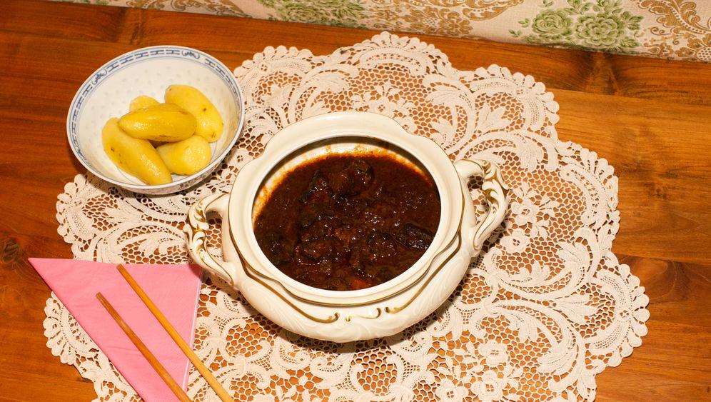 Wir haben das Gulasch nachgekocht - leider nicht nach Oma Hildegards Rezept, dafür in ihrer über hundert Jahre alten Terrine serviert