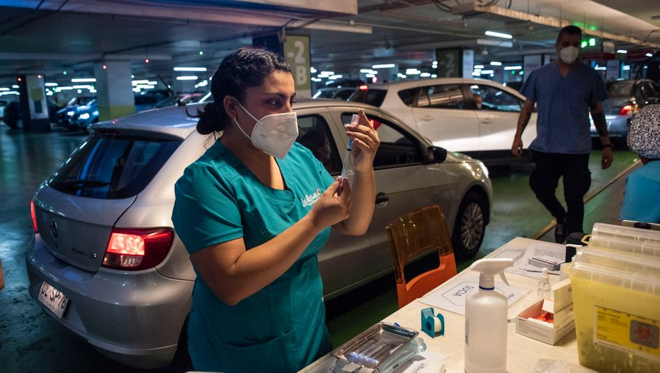 Spritze im Auto: Drive-in-Impfstation in Santiago de Chile