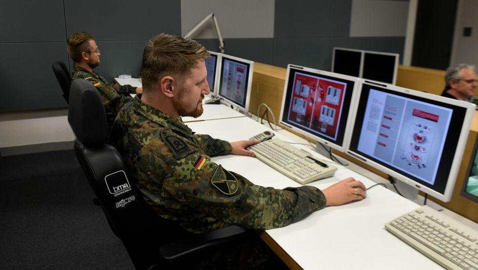 Soldaten am Rechner (im Lagezentrum des Cyber- und Informationsraums in Rheinbach)