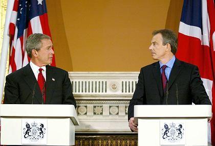 Blair (rechts) mit Bush: Zu servil gegenüber den USA, meinen Labour-Mitglieder
