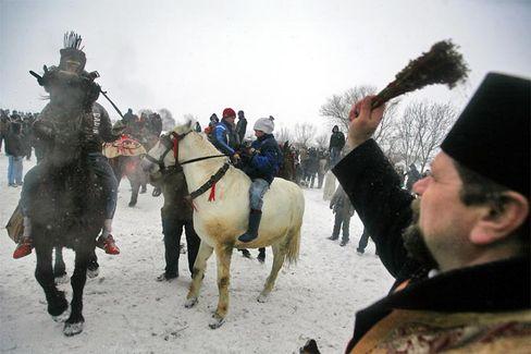 Orthodoxer Priester beim traditionellen Pferderennen in Rumänien: Weil die ungarische Minderheit im Land den Kosovo als Vorbild sehen könnte, lehnte das rumänische Parlament eine Anerkennung des Balkanstaats in einer Sondersitzung ab.