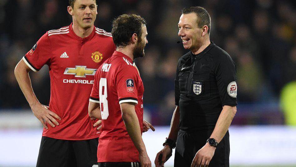 Schiedsrichter Kevin Friend (r.), Manchester Uniteds Juan Mata (M.)