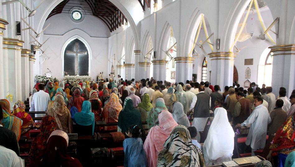 Christen in einer Kirche in Peshawar