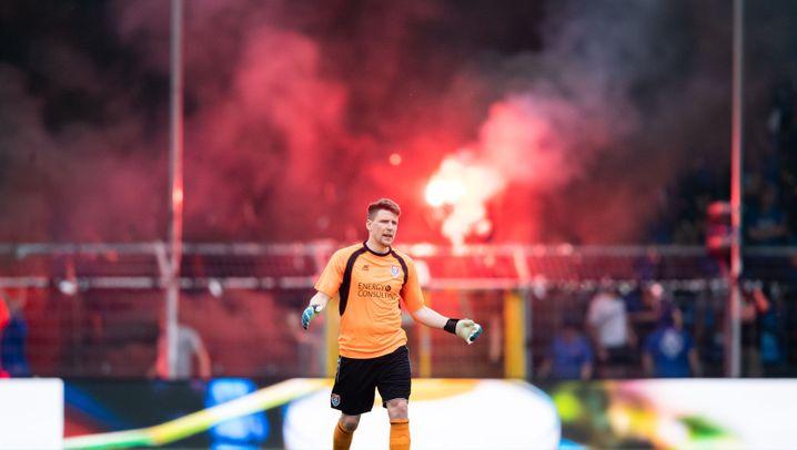 Ausschreitungen bei Relegationsspiel: Rauchbomben, Raketen, Böllerschüsse