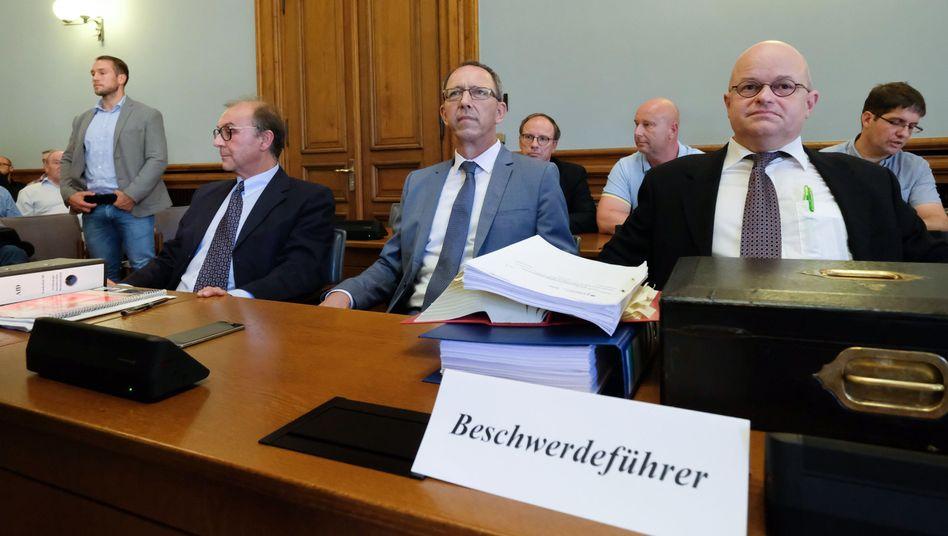 AfD-Funktionäre Joachim Keiler (v.l.), Jörg Urban, Anwalt Michael Elicker