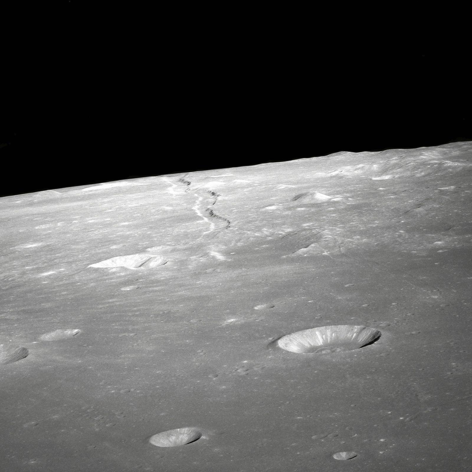 EINMALIGE VERWENDUNG Meteoriten schlagen j??hrlich 200 Tonnen Wasser aus dem Mond