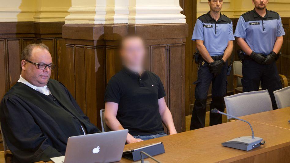 Angeklagter S. mit seinem Anwalt vor Gericht (Archiv): Drogen aus dem Kinderzimmer