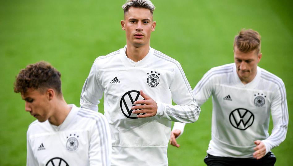 Robin Koch (Mitte) bei der Nationalmannschaft mit Marco Reus (r.) und Luca Waldschmidt