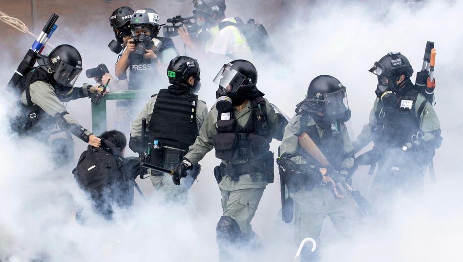 Bereitschaftspolizisten in der Nähe der Polytechnischen Universität: Immer wieder kommt es zu Gewalt