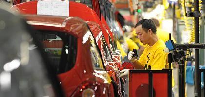 Arbeiter bei Opel in Eisenach: Düstere Prognose für deutsche Wirtschaft
