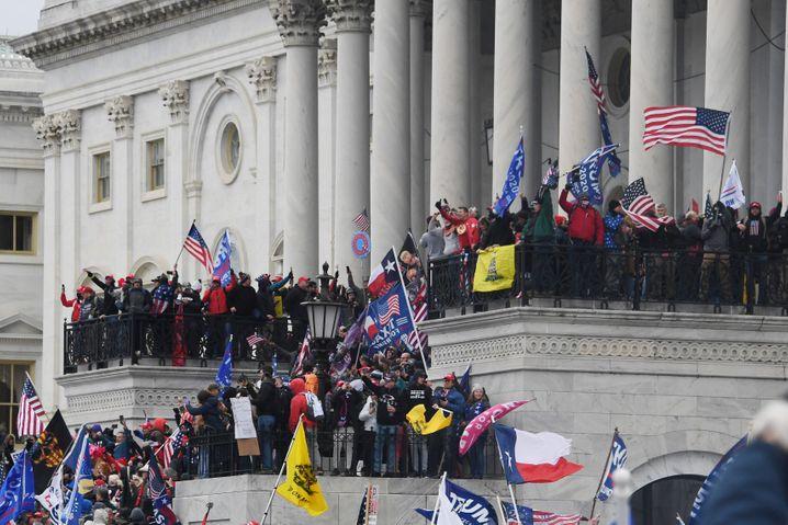 Aufständische am Kongressgebäude in Washington, DC