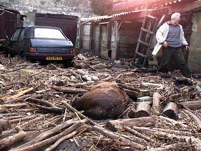 Ein Bauer auf seinem zerstörten Gehöft in der Nähe von Bordeaux
