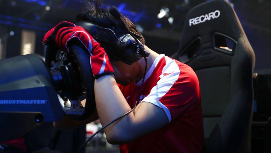 """Frustrierter """"Gran Turismo""""-Spieler: Kleine und große Rückschläge gehören zum Gaming dazu, erst recht bei E-Sport-Turnieren"""