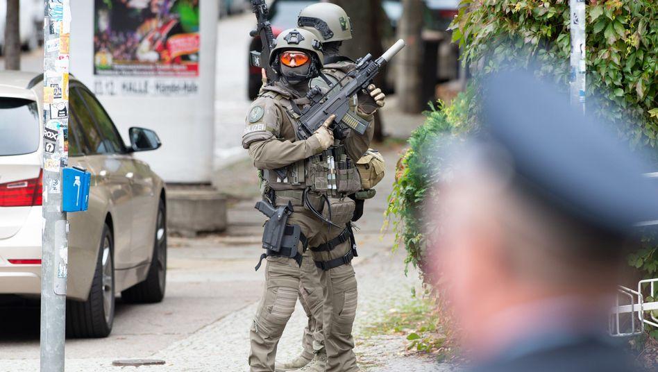 Einsatzkräfte eines SEK in Halle: Mehrere Täter, mehrere Opfer
