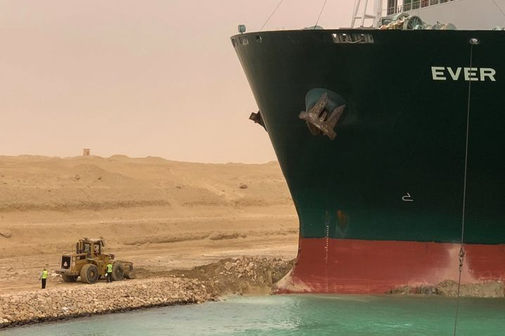 Kleiner Bagger gegen großes Schiff: In den sozialen Netzwerken trendet der manövrierunfähige Containerfrachter