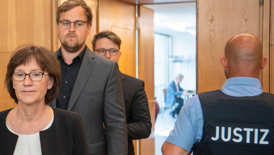 Irmgard Braun-Lübcke mit den Söhnen Jan-Hendrik und Christoph: Sie wehren sich gegen den Freispruch des Angeklagten Markus H.