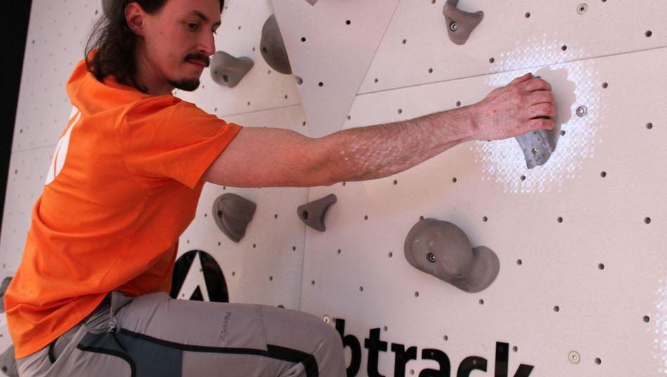 """Mit """"ClimbTrack"""" werden die Griffe hell angestrahlt, die der Kletterer als nächstes greifen soll"""