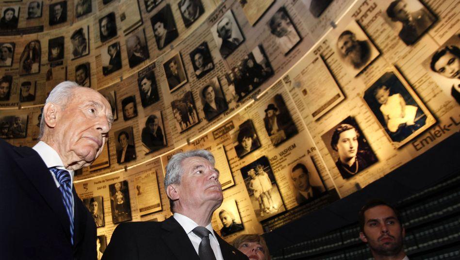 Israeli President Peres and German President Gauck at Yad Vashem on Tuesday.