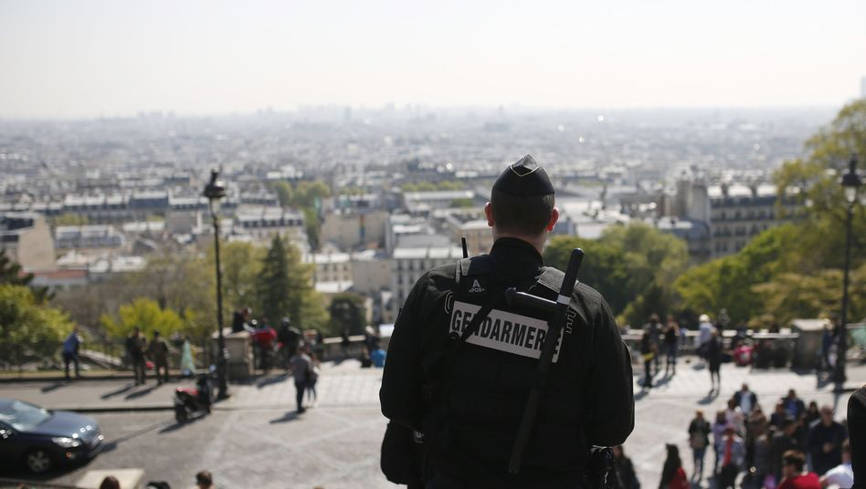 Polizist in Paris