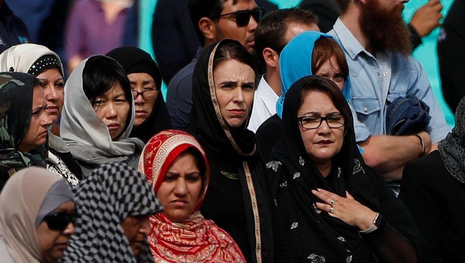 Jacinda Ardern (2.v.r.) besucht mit Trauernden das Freitagsgebet vor der Al-Noor-Moschee in Christchurch