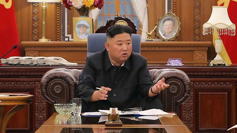 Machthaber Kim Jong Un bei einem Parteitreffen im Juni in Pjöngjang: Taifune hätten die Ernte beschädigt