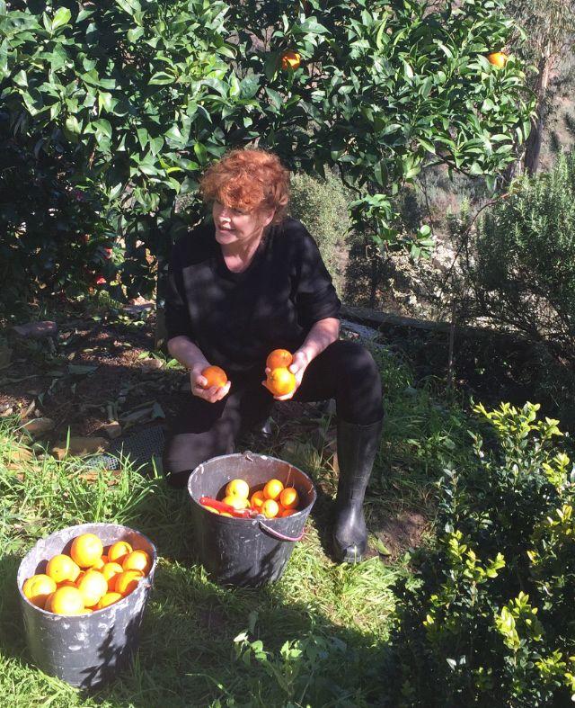 Ariane Golpira in ihrem Garten in Portugal