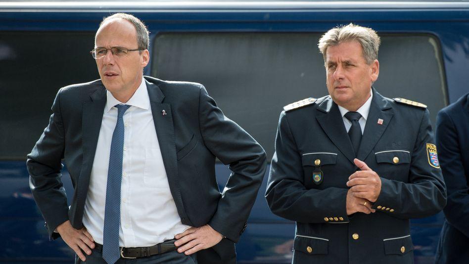 Innenminister Peter Beuth (links) mit dem hessischen Polizeipräsidenten Udo Münch