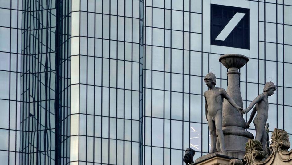 Figuren auf dem Frankfurter Operngebäude nahe der Deutschen Bank