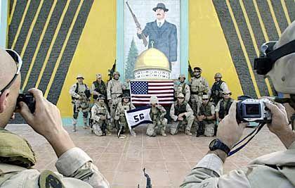 Foto fürs Familienalbum: US-Soldaten nach der Einnahme Umm Kasrs