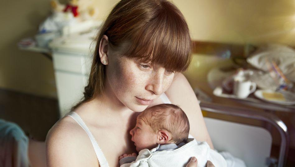 Hält ein Gefühl der Niedergeschlagenheit nach der Geburt an, sollten sich Frauen Hilfe suchen