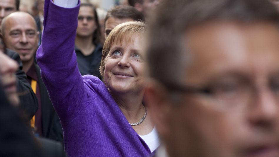 Bad in der Menge: Kanzlerin Merkel vor ihrer Abfahrt von Bonn nach Berlin
