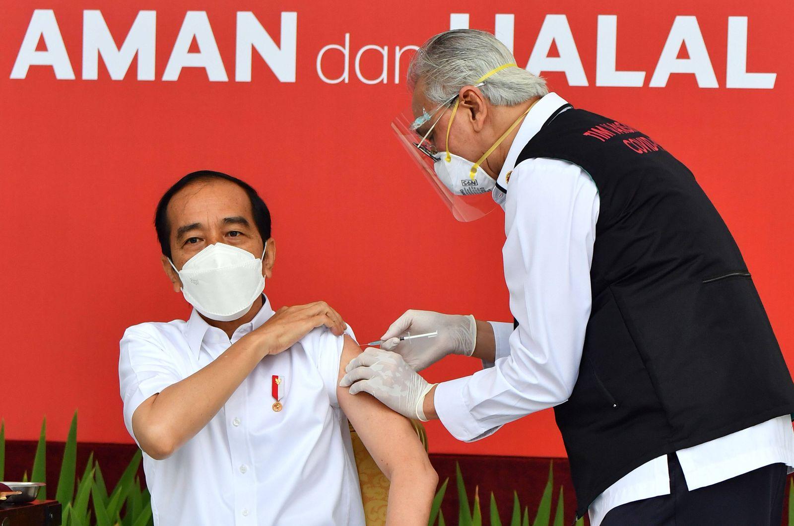 (210113) -- JAKARTA, Jan. 13, 2021 -- Indonesian President Joko Widodo receives the COVID-19 vaccine shot developed by C