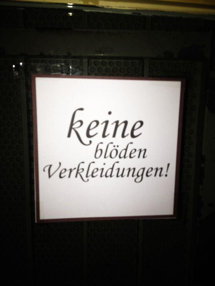 Achtung, liebe Barbesitzer! So ein Schild kostet Gäste - bringt aber Respekt.