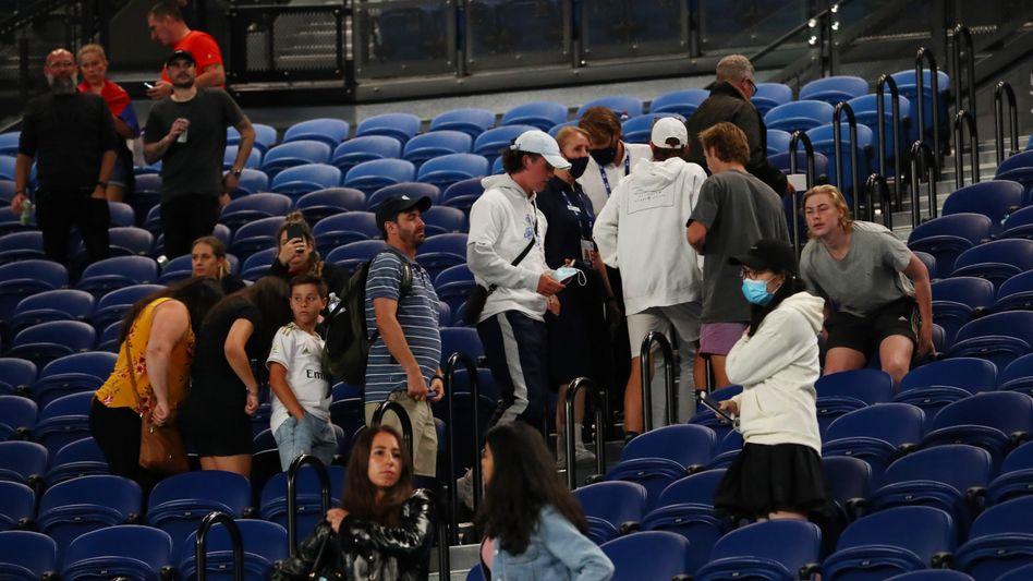 Die Zuschauer verlassen die Arena