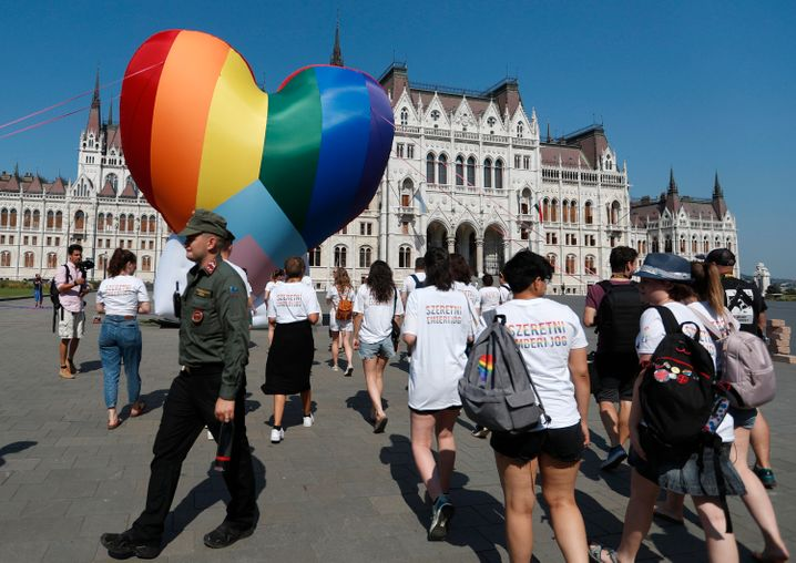 Proteste vor dem ungarischen Parlament gegen das Anti-LGBTQ-Gesetz