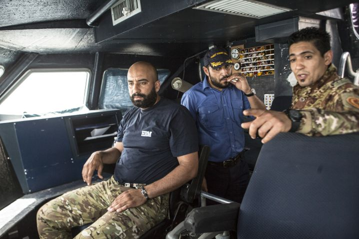 """Kapitän Mustafa Abuzeid (Mitte) soll mit seiner MS """"Fezzan"""" Migranten aus dem Mittelmeer retten"""