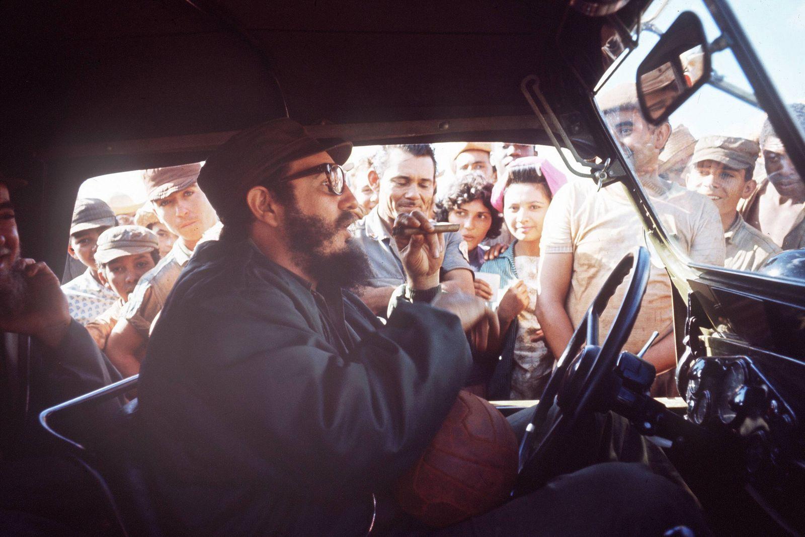 Regierungschef Fidel Castro vorn CUB sitzt am Steuer und f‰hrt Zigarre rauchend an Kubanern vorbe