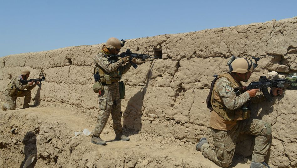 Afghanische Soldaten im Gefecht mit Taliban-Kämpfer nahe Kunduz