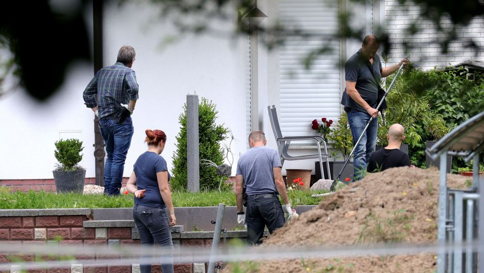 Ermittler am Tatort in Wolfhagen-Istha (Archivbild)