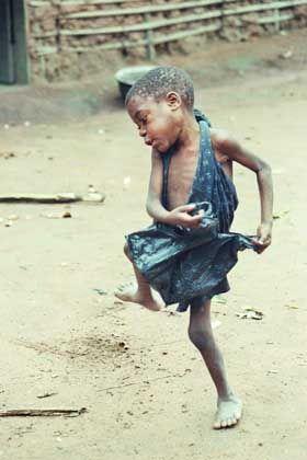 Tanzendes Kind: Die Bayaka können nur fröhlich