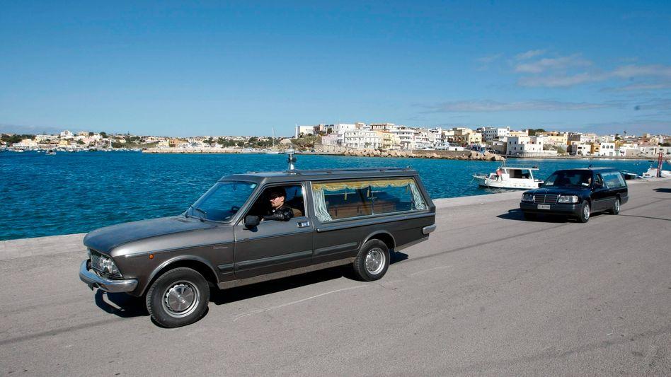 Leichenwagen im Hafen von Lampedusa: Die Zahl der Toten steigt