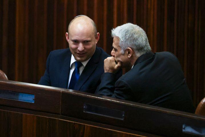 Bennet und Lapid in der Knesset: Die beiden einigten sich nun auf eine Rotation im Amt des Regierungschefs
